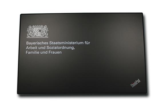 laptop-gravur-branding-bayern-bayrisches-staatsministerium-staat